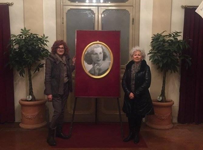 """La foto della soprano Maria Gallo Meneghello donata dalle figlie al Teatro """"Ronconi"""" di Gubbio. L'ultimo spettacolo nel 1980 con Stirati al pianoforte"""