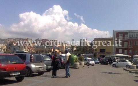 """Parcheggiatore abusivo chiede soldi a """"Largo Emporio"""" nonostante le strisce blu"""