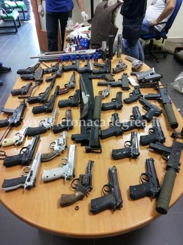 Molte  armi rinvenute durante il blitz della Polizia (foto archivio)