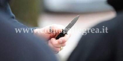 Il rapinatore ha minacciato e rapinato i due studenti con un coltello