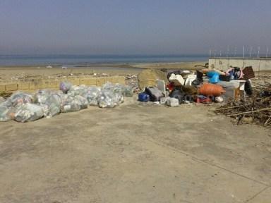 I rifiuti raccolti dalla spiaggia di Licola
