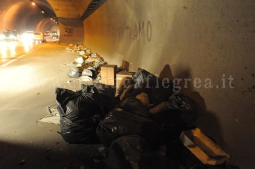 Enormi cumuli di rifiuti nel tunnel