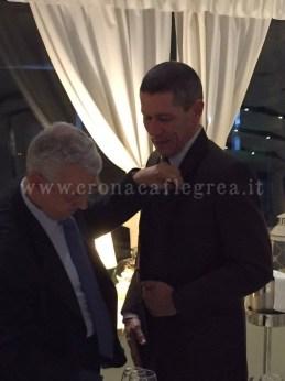 L'attuale presidente del Rotary Ettore Nardi consegna la spilla del club al Comandante