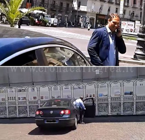 Il sindaco Giuseppe Pugliese sale a bordo dell'auto blu del comune