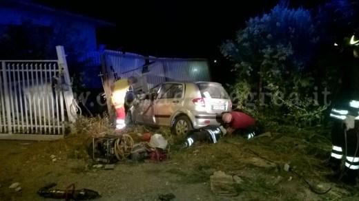 L'auto della giovane si è schiantata contro il cancello di una vila