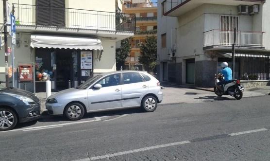 Le auto parcheggiate all'uscita del Parco Di Bonito complicano l'immissione in strada