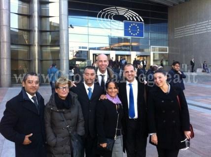 Il sindaco Capuozzo con alcuni assessori e consiglieri comunali all'esterno del parlamento europeo