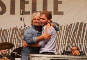 Beppe Grillo abbraccia il figlio di Casaleggio davanti ai suoi descamisados a Palermo