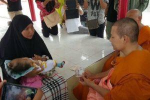 Nata cieca, senza cranio e senza bocca, la bambina è musulmana, la cura un monaco buddista