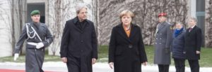 Gentiloni & Padoan, il buono e il duro e la cattiva Merkel. Il ministro attacca, il premier media, Junker telefona: «Troveremo una soluzione sui conti»