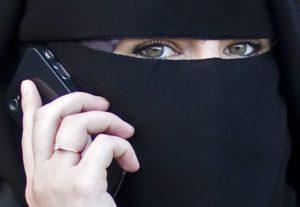 Il Veneto vuole arrestare chi porta il burqa. Anche le mogli del principe saudita?