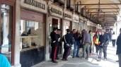 Rapina col fumogeno in gioielleria a Venezia, sventata dalle commesse, San Marco in fumo. Carabinieri in azione