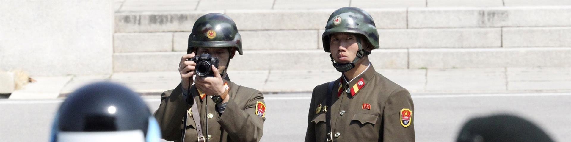 Militari della Corea del Nord in osservazioni