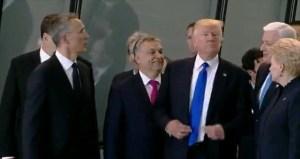G7 Taormina, guarda che faccia...Trump strattona per il posto in prima fila. Sullo sfondo Gentiloni...