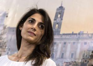 Scandalo di Roma: sindaco Virginia Raggi teleguidato da Casaleggio e tutti si girano di là