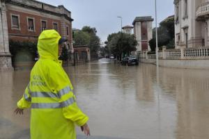 Livorno, il giorno dopo la tragedia: è già scaricabarile su allerta e responsabilità