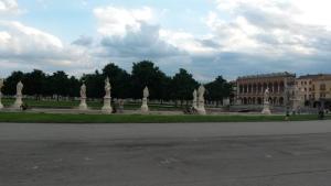 Padova, bimbo di 2 anni lasciato in casa con il fratello: esce e va in giro per la città