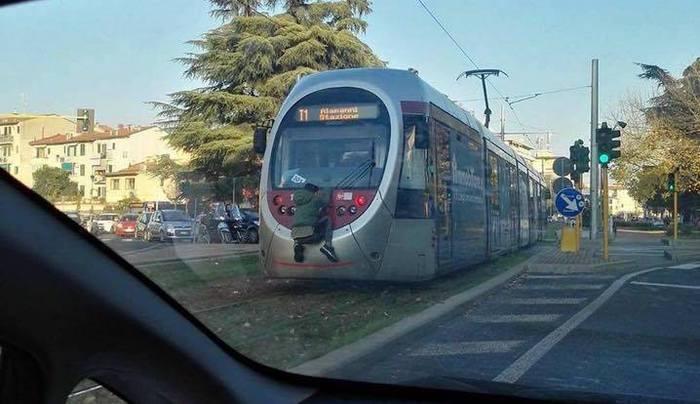 Firenze, attaccato al tram in movimento per 300 metri, automobilista lo fotografa