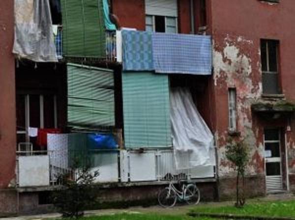 Case popolari a Roma: gli abusivi con Porsche e 18 appartamenti