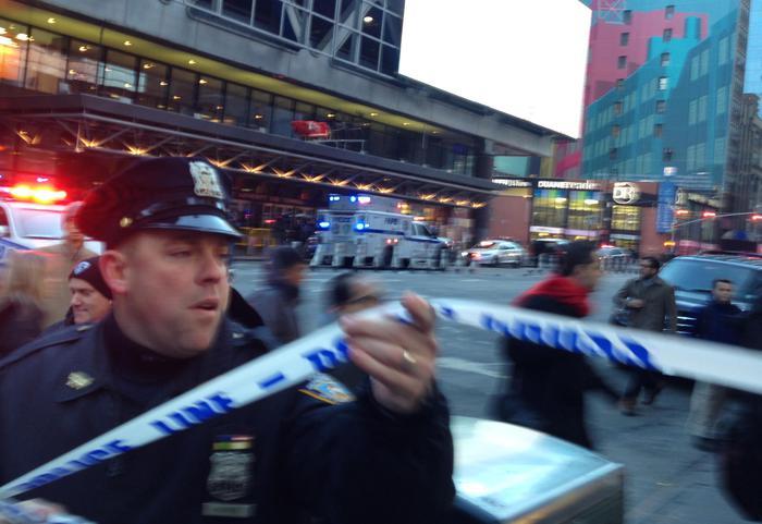 New York, bomba alla stazione dei bus: fermata una persona, ci sono feriti