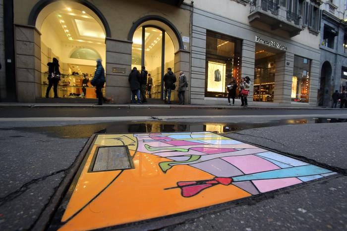 Milano, furto da Prada: rubate borse per 100mila euro. Infranta vetrina negozio in via della Spiga