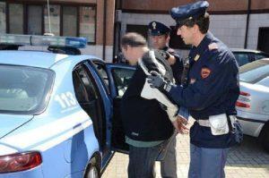 Napoli, follia alla stazione centrale: vagabondo spinge poliziotto dalle scale