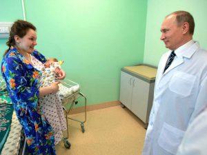 Russia, diminuiscono le donne fertili: al via misure del governo per incentivare natalità