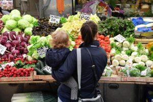 Reddito medio famiglie italiane, 2500 euro al mese, dice l'Istat