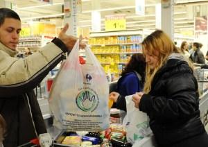 Sacchetti bio per frutta e verdura a pagamento: sui social scoppia la rivolta