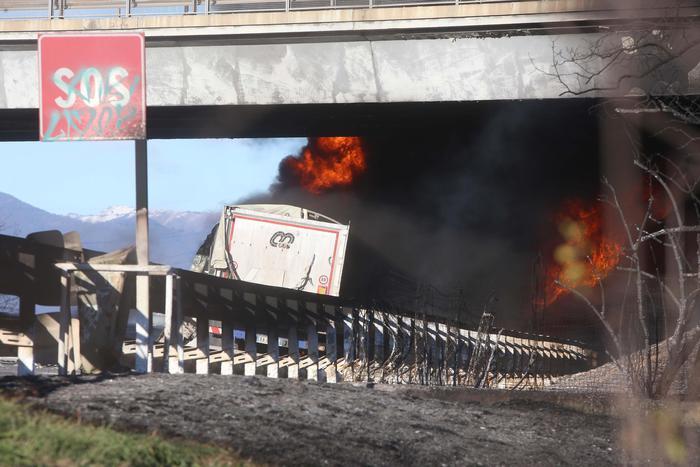 Cisterna prende fuoco e causa incidente sull'autostrada A21: 6 morti