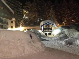 Cervinia, neve alta due metri e turisti isolati: a Livigno il vento stacca seggiolino funivia