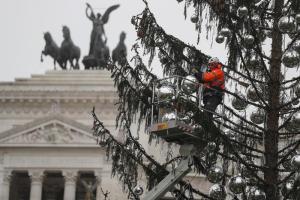 Spelacchio e il destino ancora incerto: lascia Piazza Venezia? Intanto rimontano gli addobbi…