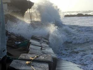 Maltempo, Italia sotto la morsa del vento: disagi, mareggiate e feriti. Un morto a Crotone
