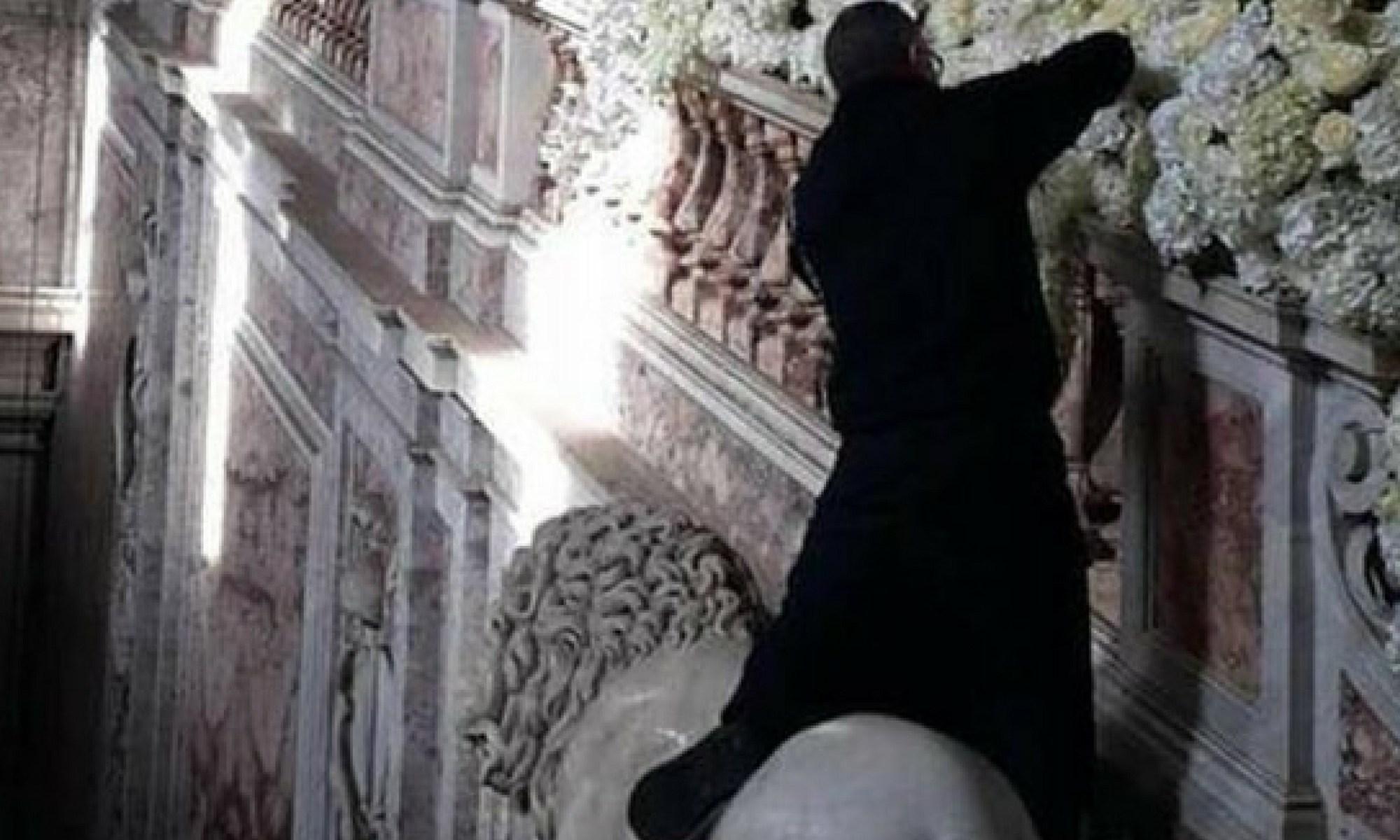 A cavalcioni sul leone per addobbare Reggia di Caserta: scatta la polemica sul web