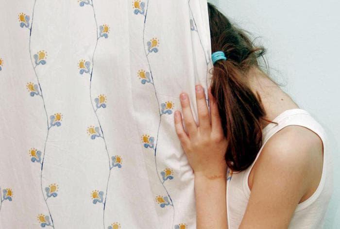 Cassino, abusi sulla figlia 14enne: lei scrive tutto nel tema a scuola