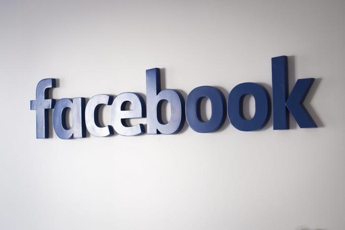 Facebook, se si mette foto profilo di un'altra persone si rischia il carcere