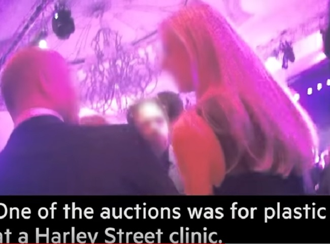 Londra, Hostess palpate e molestate al galà di beneficenza: Financial Times svela lo scandalo