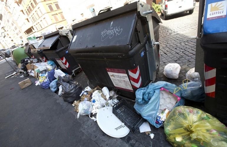 Rifiuti Roma, il gioco dello scaricabarile continua: retromarcia Raggi intervento Emilia, e l'Abruzzo si defila