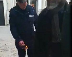 Vigile lancia petardo al disabile: il video che sta facendo indignare