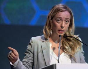Livorno, Giorgia Meloni contestata da esponenti dei centri sociali: sputi e bottiglie in testa