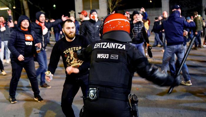 Scontri a Bilbao, poliziotto muore d'infarto: dietro guerriglia hooligan russi con vessilli nazisti