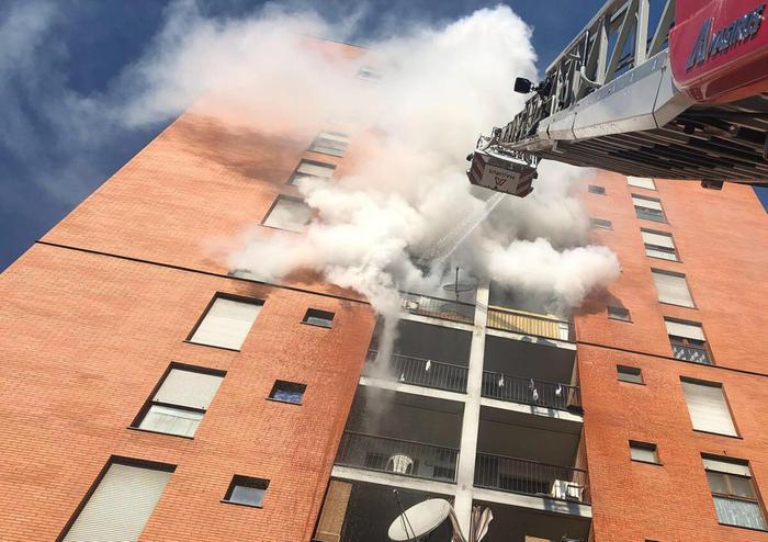 Milano, incendio nella palazzina: morto il 13enne intossicato