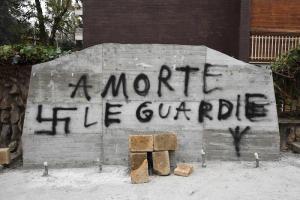 """Roma, targa di Aldo Moro imbrattata: """"A morte le guardie"""", poi le svastiche"""
