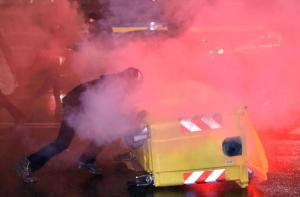 Torino, guerriglia al corteo contro CasaPound: bottiglie, pietre e bombe carta. Feriti 6 agenti