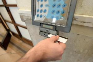 Furbetti del cartellino, ora ci sono le impronte digitali nel badge: Santa Margherita primo comune ad adottare tecnica