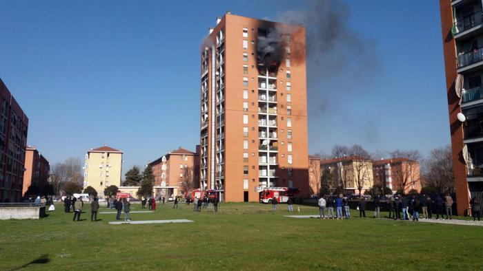 Milano, incendio in una palazzina: 7 intossicati e un ragazzo in condizioni disperate