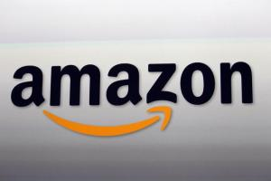 L'idea di Amazon, un braccialetto elettronico per controllare lavoratori e merce: è già bufera