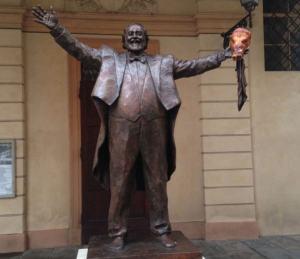 Modena, oltraggio alla statua di Pavarotti: testa di porchetta sulla mano sinistra