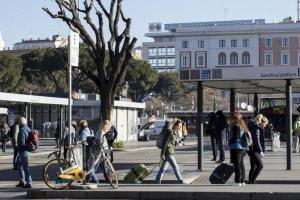 Sciopero generale dell'8 marzo: a Roma scoppia il caos, tutto regolare a Milano