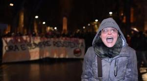 Torino, la maestra che ha augurato la morte ai poliziotti è indagata: il ministero propone il licenziamento